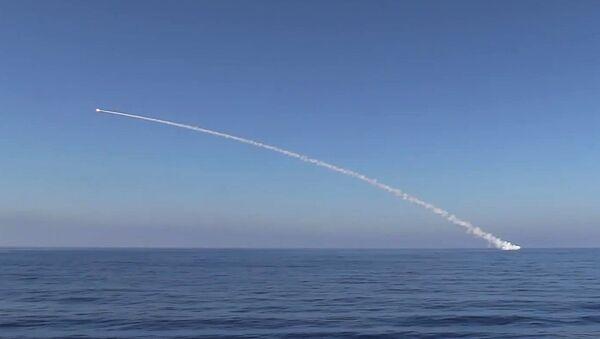 Submarino Krasnodar efectúa el lanzamiento de misiles Kalibr (archivo) - Sputnik Mundo