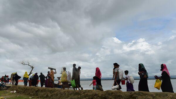 Refugiados rohinyás huyen de Birmania a Bangladés - Sputnik Mundo