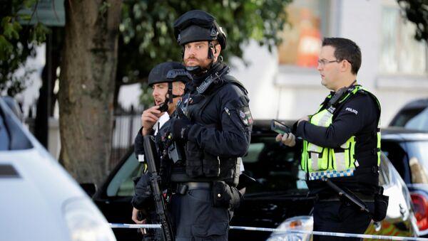 Armed policemen stand by cordon outside Parsons Green tube station in London, Britain September 15, 2017 - Sputnik Mundo
