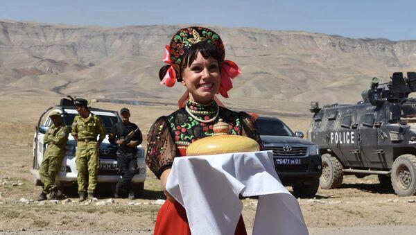 Una artista rusa recibe a los militares con el tradicional pan de bienvenida - Sputnik Mundo