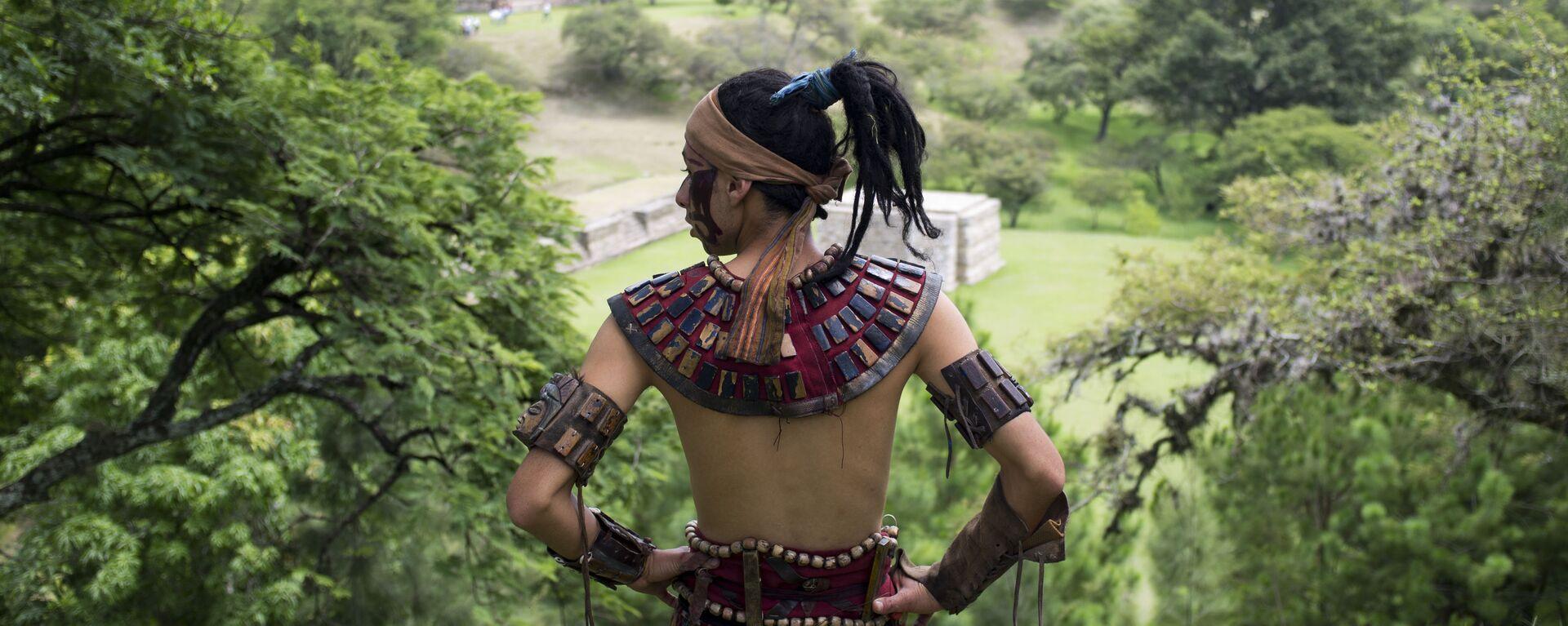 Un hombre ataviado con la vestimenta tradicional maya - Sputnik Mundo, 1920, 18.01.2021