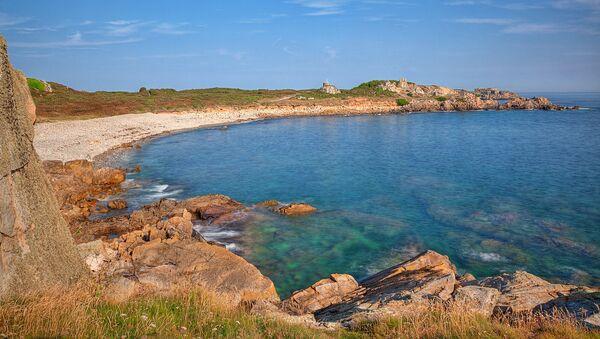 La costa de la isla Guernsey, donde tiene lugar la excavación - Sputnik Mundo