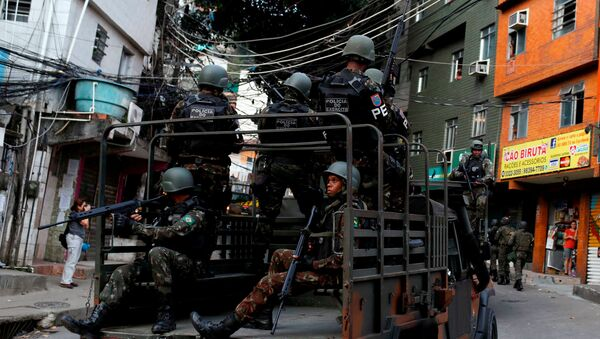 Armed Forces take up position during a operation after violent clashes between drug gangs in Rocinha slum in Rio de Janeiro, Brazil - Sputnik Mundo