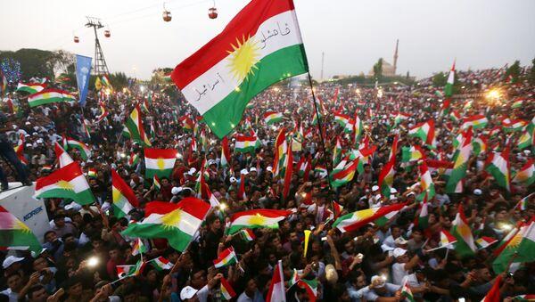 Banderas de Kurdistán en un mitin independentista - Sputnik Mundo