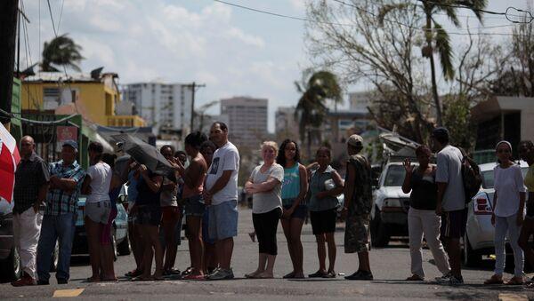 Una cola para conseguir agua en San Juan, Puerto Rico - Sputnik Mundo