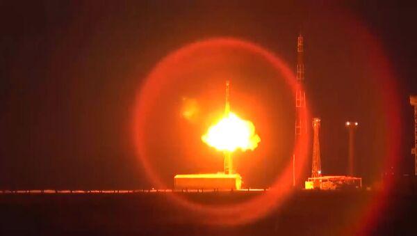 Rusia ensaya el misil balístico intercontinental Topol - Sputnik Mundo