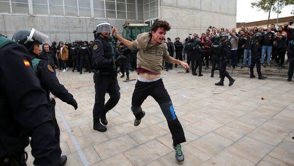 Enfrentamientos entre policía y manifestantes en Barcelona - Sputnik Mundo