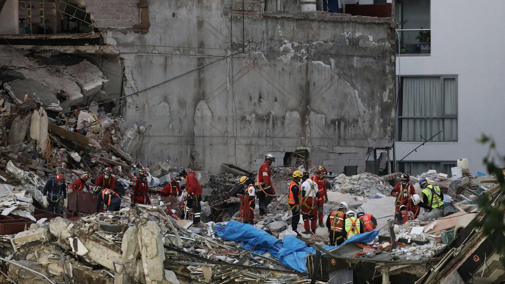 Grupo de rescatistas en la Ciudad de México tras el terremoto - Sputnik Mundo, 1920, 19.09.2021