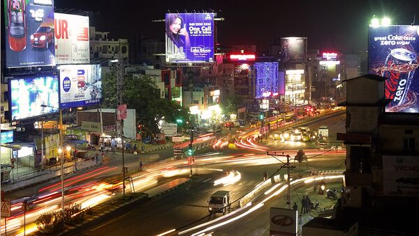 Una activa vida de una ciudad nocturna (imagen referencial) - Sputnik Mundo