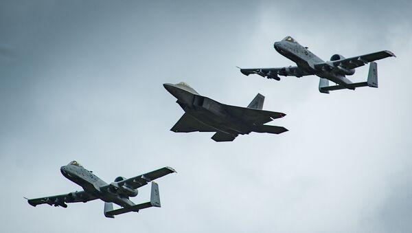 An F-22 Raptor and two A-10 Thunderbolt - Sputnik Mundo