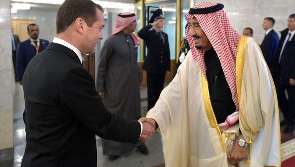El primer ministro de Rusia, Dmitri Medvédev con el rey de Arabia Saudí, Salman bin Abdulaziz al Saud - Sputnik Mundo