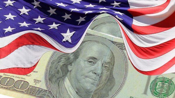 El dólar (moneda de EEUU) y la bandera estadounidense - Sputnik Mundo