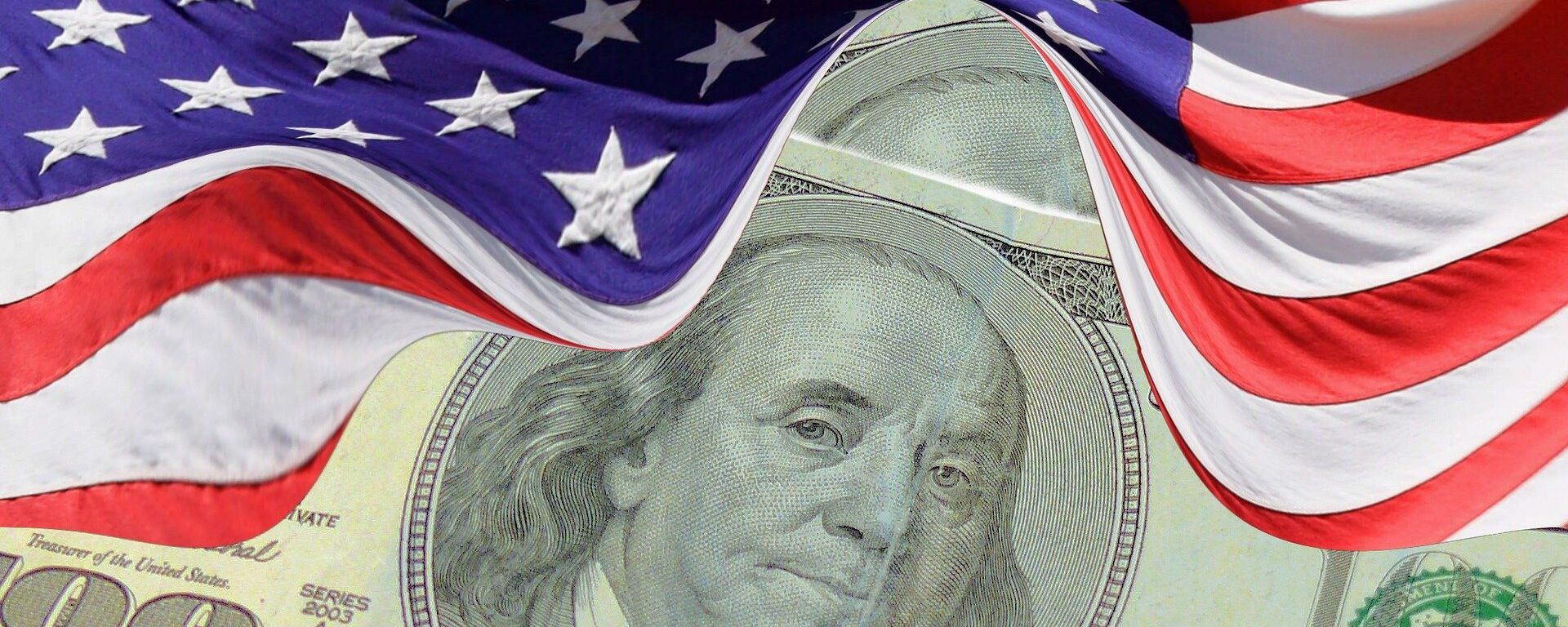 El dólar (moneda de EEUU) y la bandera estadounidense - Sputnik Mundo, 1920, 02.08.2021