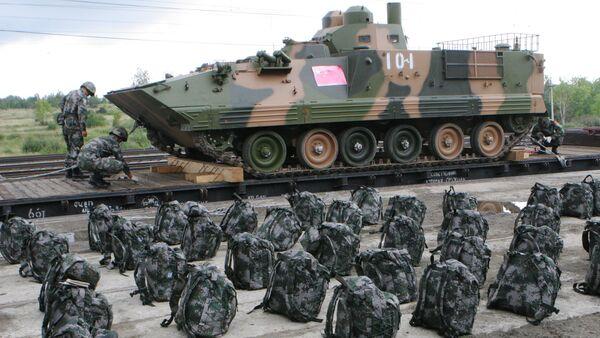 Dos soldados y un vehiculo militar chino - Sputnik Mundo