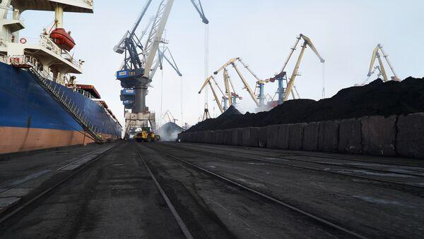 Cargamentos de carbón amarrados al puerto de Yuzhni, en Odesa (Ucrania) - Sputnik Mundo