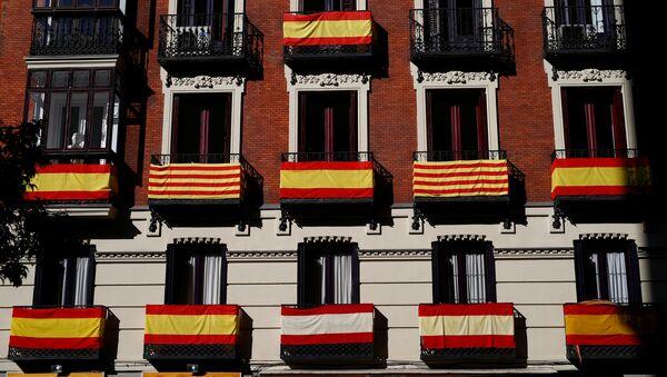 Las banderas de España y Cataluña - Sputnik Mundo