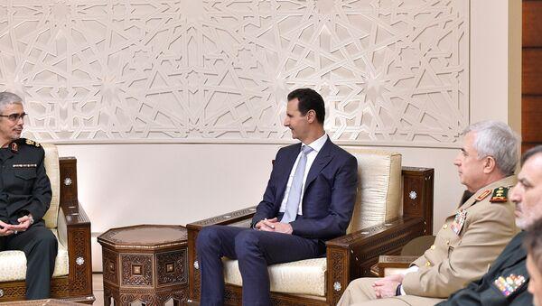 El jefe del Estado Mayor de las FFAA iraníes, Mohammad Baqeri, y el presidente de Siria, Bashar Asad - Sputnik Mundo