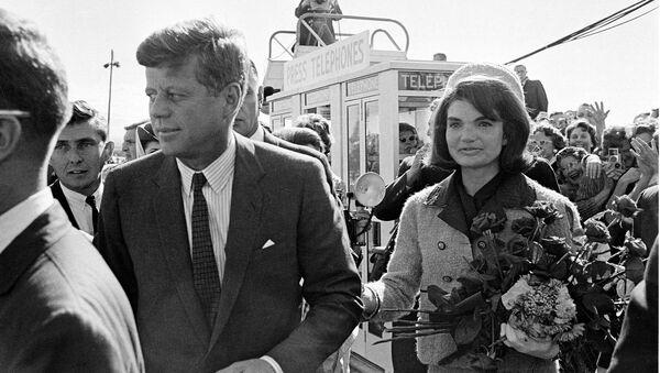 El 35º presidente de EEUU John F. Kennedy y la primera dama Jackie Kennedy (archivo) - Sputnik Mundo