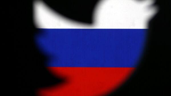 Logo de Twitter con la bandera de Rusia de fondo - Sputnik Mundo