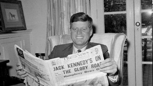 Sen. John F. Kennedy (D-MA) reads the daily newspaper accounts of his West Virginia election victory as he relaxes, May 11, 1960, in his Washington home. Kennedy defeated Sen. Hubert Humphrey (D-MN) in yesterday's presidential primary. - Sputnik Mundo