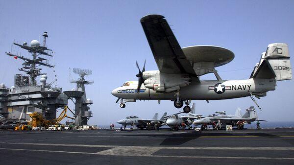 Un avión E-2C Hawkeye aterriza en un portaviones de EEUU (archivo) - Sputnik Mundo