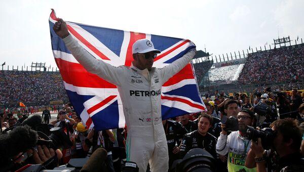 Lewis Hamilton, piloto británico, al ganar su cuarto mundial de Fórmula Uno - Sputnik Mundo