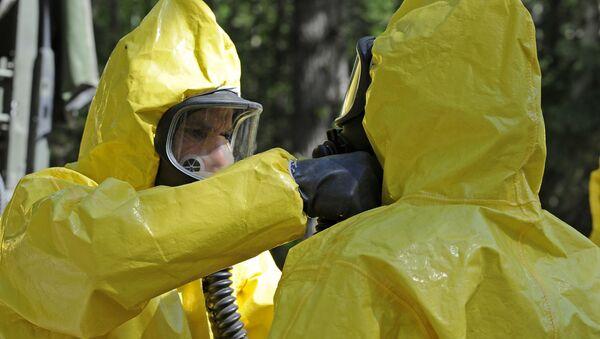 Militares en trajes de riesgo biológico (imagen referencial) - Sputnik Mundo