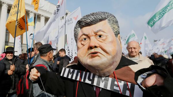 Una máscara que representa la cara del presidente ucraniano Poroshenko durante una manifestación de partidarios del ex presidente georgiano Saakashvili - Sputnik Mundo