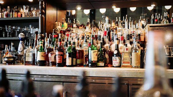 Las botellas con alcohol (imagen referencial) - Sputnik Mundo