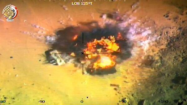 El ataque del avión egipcio contra los terroristas de Daesh - Sputnik Mundo