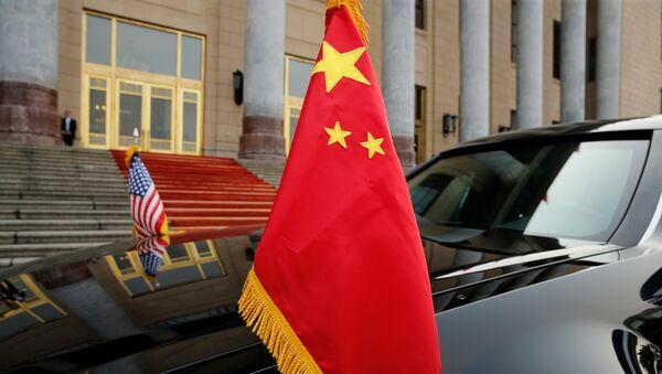 La bandera de China y la bandera de EEUU - Sputnik Mundo