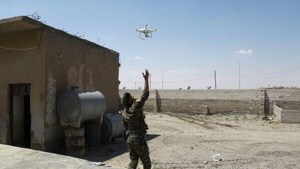 Un dron en el cielo sobre Siria, imagen referencial - Sputnik Mundo