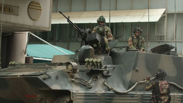 Militares patrullan las cales de Harare, la capital de Zimbabue - Sputnik Mundo