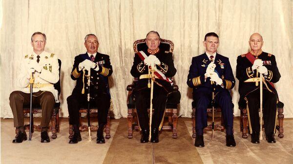 Fernando Matthei (cuarto de izquierda a derecha) con los otros miembros de la Junta de Gobierno (archivo) - Sputnik Mundo