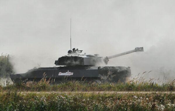 El 2S34 Hosta es un mortero autopropulsado diseñado para neutralizar las amenazas enemigas a una distancia de hasta 14 kilómetros. Carga con un cañón semiautomático de 120mm. Es básicamente una modernización profunda del 2S1 Gvozdika con la introducción de componentes probados en otros sistemas de artillería. - Sputnik Mundo