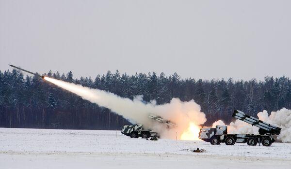 El BM-30 Smerch (del ruso 'tornado') es un lanzacohetes múltiple cuya misión principal es también la de neutralizar grandes concentraciones de equipamiento militar de un potencial enemigo. El sistema puede utilizar un cohete-acelerador creado especialmente para el despegue de drones que corrigen la trayectoria de fuego del propio Smerch. - Sputnik Mundo