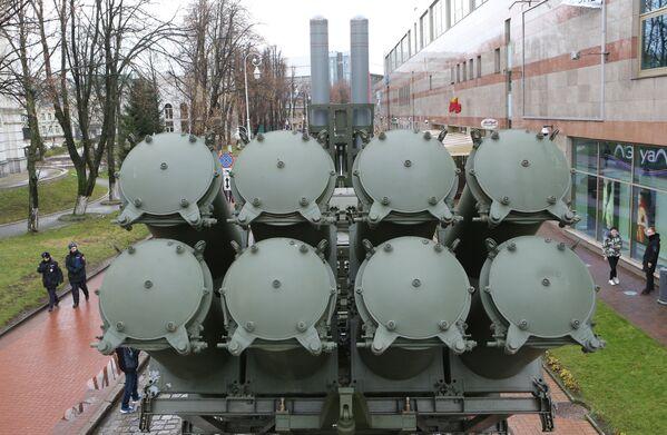El 3K60 Bal es una batería móvil de defensa costera diseñada para controlar las aguas territoriales del país, así como el litoral en zonas en las que podría producirse un desembarco enemigo. Sus misiles Kh-35 son unos explosivos de carga hueca de alta potencia, capaces de hundir un buque de hasta 5.000 toneladas con un solo impacto. - Sputnik Mundo