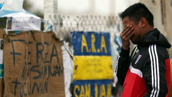 Un hombre reacciona a la desaparicion del submarino argentino ARA San Juan - Sputnik Mundo