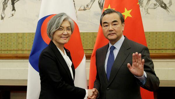 La ministra de Defensa de Corea del Norte, Kang Kyung-wha, y su homólogo chino, Wang Yi, en Pekin - Sputnik Mundo