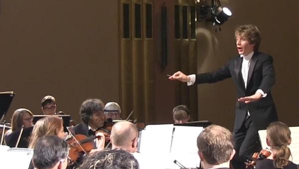 El espíritu de Stravinski 'posee' a una espectadora en pleno concierto - Sputnik Mundo
