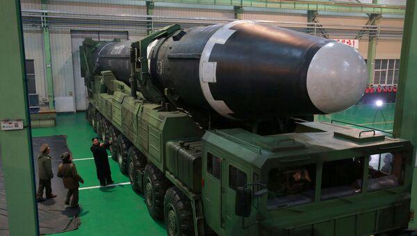 El líder de Corea del Norte, Kim Chong-un, inspecciona el misil balístico Hwasong 15 - Sputnik Mundo