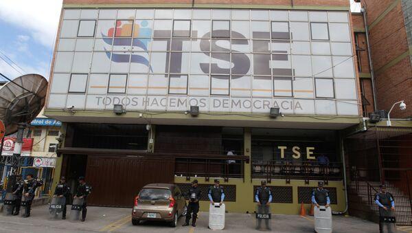 Policía protege el edifício del Tribunal Supremo Electoral de Honduras, en Tegucigalpa - Sputnik Mundo