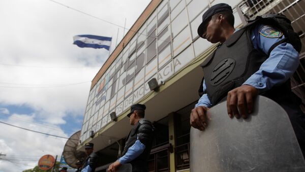 Police guard the Supreme Electoral Tribunal building in Tegucigalpa, Honduras - Sputnik Mundo