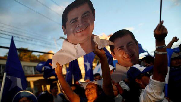 Retratos del presidente de Honduras y candidato nacionalista, Juan Orlando Hernández - Sputnik Mundo