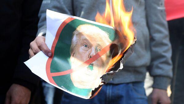 Protestante palestino con una foto de Donald Trump en llamas - Sputnik Mundo