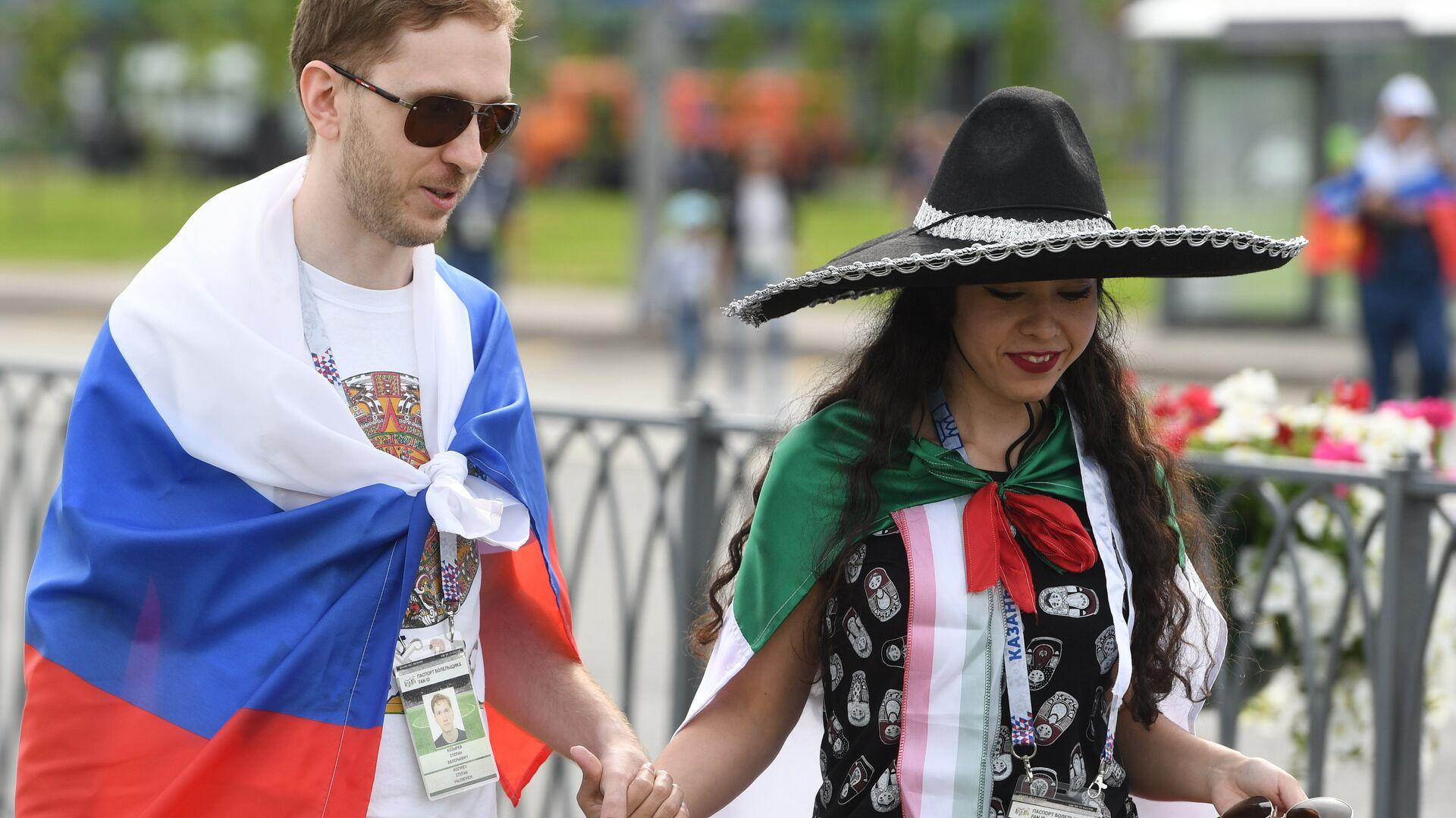 Una pareja con las banderas de Rusia y de México - Sputnik Mundo, 1920, 05.10.2021