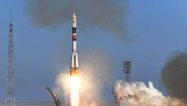 El Soyuz ruso lleva a los nuevos tripulantes a la EEI - Sputnik Mundo