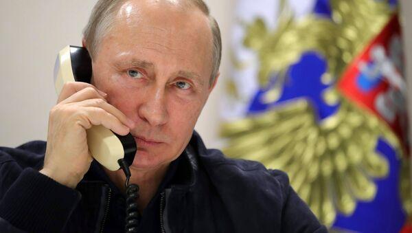 Vladímir Putin, presidente de Rusia, habla por teléfono (archivo) - Sputnik Mundo