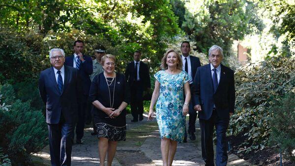 La presidenta de Chile, Michelle Bachelet, llega a la casa del mandatario electo, Sebastián Piñera - Sputnik Mundo