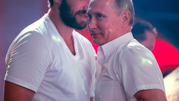 Alexandr Ovechkin, jugador profesional de hockey, y Vladímir Putin, presidente de Rusia, en Sochi, Rusia, 8 de agosto de 2017 - Sputnik Mundo